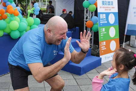 Cigna Taiwan employees having a little fun out in the community.